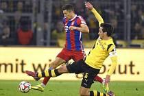 Robert Lewandowski z Bayernu Mnichov (vlevo) a Mats Hummels z Dortmundu.