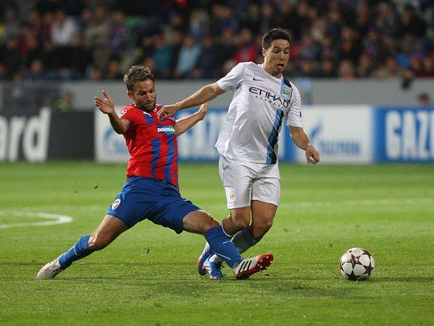 Marek Bakoš z Plzně (vlevo) a Samir Nasri z Manchesteru City.