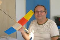 Muž s modelem letadla