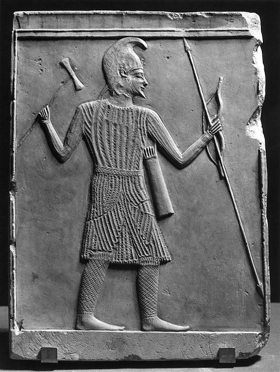 Reliéf zobrazující plně vyzbrojeného skytského válečníka se sekyrou, lukem a kopím