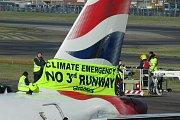 Řada cestujících kvůli technickým problémům v nově otevřeném 5. terminálu letiště Heathrow uvízla na mnoho hodin, někteří museli v halách dokonce přespat.