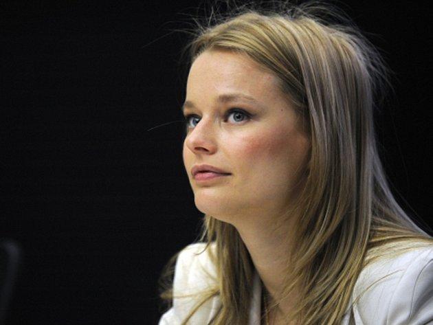 Helena Houdová, která se narodila 27. prosince 1979, se vždy lišila od většiny ostatních modelek. Tato Miss ČR 1999 ve své profesi nikdy nešla přes své zásady, nepředváděla kožichy a nepropagovala kosmetiku testovanou na zvířatech.