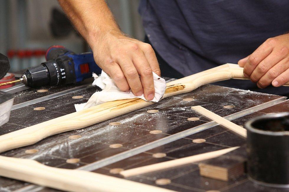 Povrch ošetřete ochranným voskem na dřevo, zdůrazní strukturu dřeva.