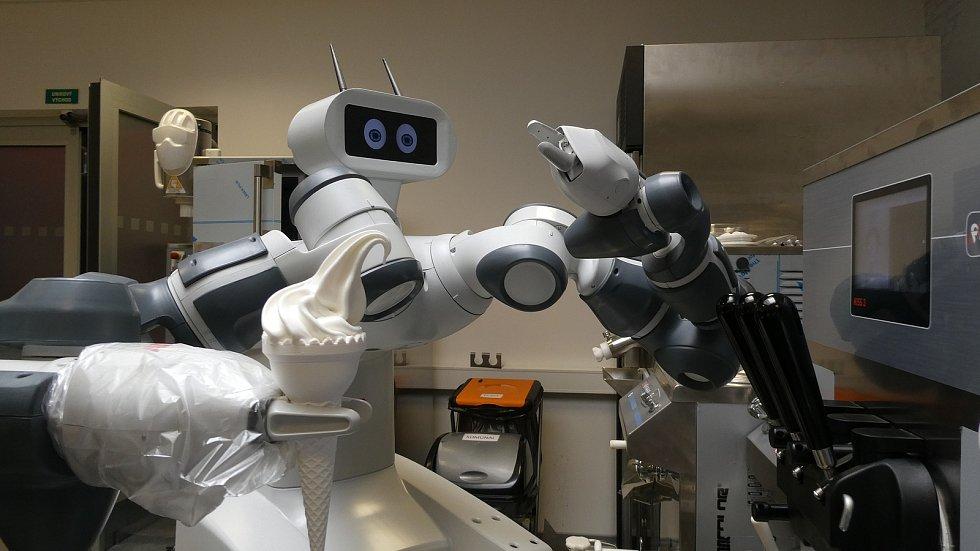 Robot při tréninku točení zmrzliny