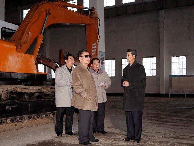 Kim Čong-il (druhý zleva) na návštěvě strojírenské továrny Rakwon.