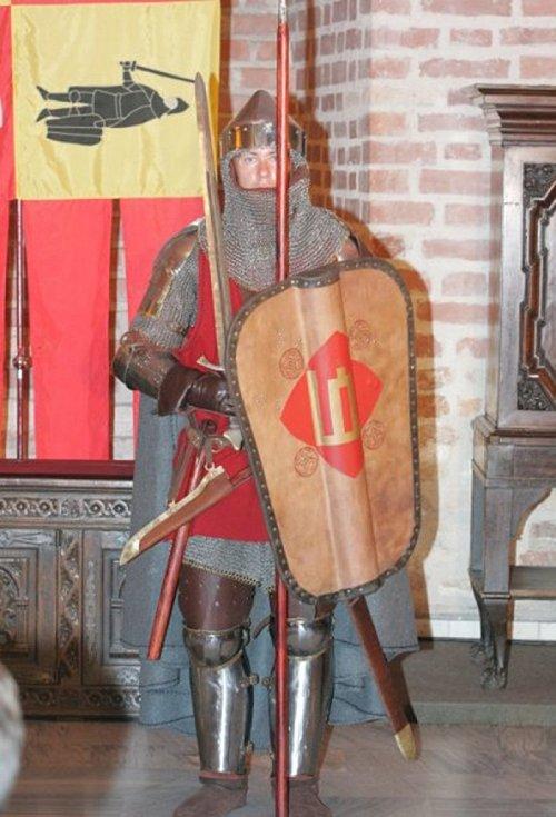 Litevský bojovník v kombinované zbroji, zahrnující prošívanici, plátovou ochranu nohou, nýtovanou kroužkovou košili a plátový kožený kabátec