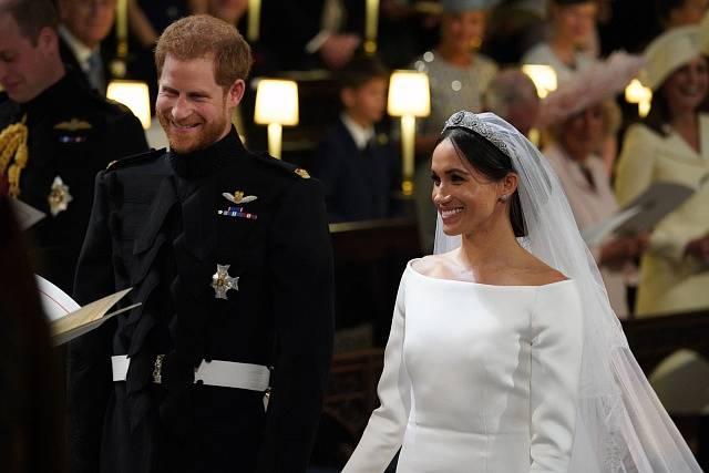 Princ Harry a Meghan Markleová před oltářem