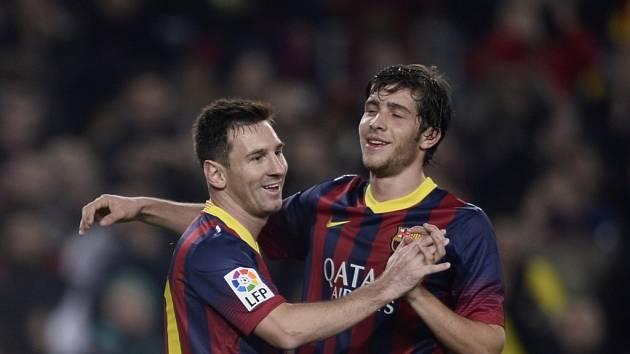 Lionel Messi (vlevo) se už zase raduje. Tentokrát s barcelonským spoluhráčem Sergiem Robertem.
