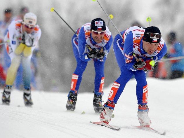 Martin Koukal (vpředu) a Jiří Magál drželi ve skiatlonu český prapor.