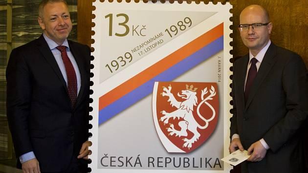 Letošní oslavy výročí revoluce mají vlastní poštovní známku. Vychází v nákladu jeden milion kusů a včera ji představil předseda vlády Bohuslav Sobotka s ministrem vnitra Milanem Chovancem (oba ČSSD).