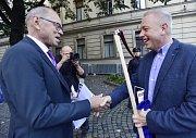 Na happening k navýšení výdajů určených na financování vysokých škol dostal ministr financí Ivan Pilný (vlevo) kosu od ministra vnitra Milana Chovance.