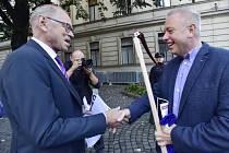 Na happening k navýšení výdajů určených na financování vysokých škol dostal někdejší ministr financí Ivan Pilný (vlevo) kosu od někdejšího ministra vnitra Milana Chovance.
