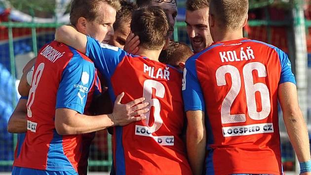 Fotbalisté Plzně si o víkendu nezahrají.