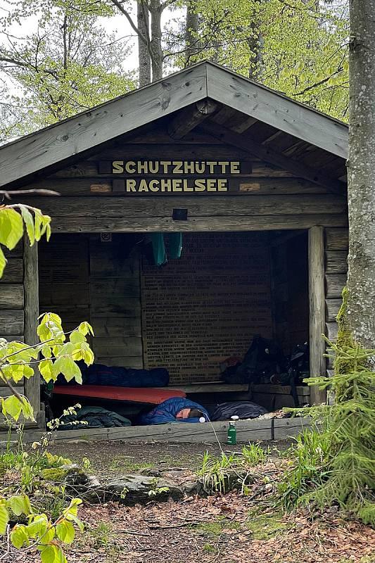 Nocování v přístřešcích je také zakázáno. Ty slouží pouze jako úkryt v případě špatného počasí. Foto: NP Bavorský les