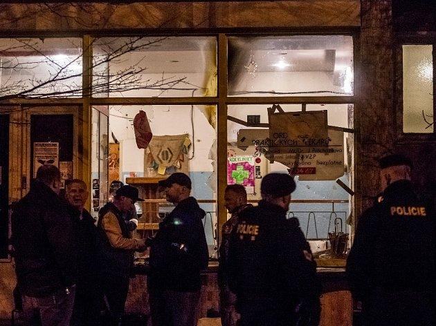 Skupina maskovaných lidí zapálila 6. února pražskou Kliniku, která pomáhá i uprchlíkům. Po útočnících pátra policie.