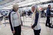 Část českých sportovců odletěla 1. února z Prahy zimní olympiádu v Jižní Koreji. Na snímku Karla Šlechtová a Barbora Havlíčková.