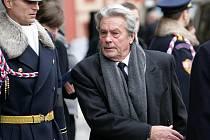 Státního pohřbu Václava Havla na Pražském hradě se v pátek 23. prosince 2011 zúčastnil i francouzský herec Alain Delon.