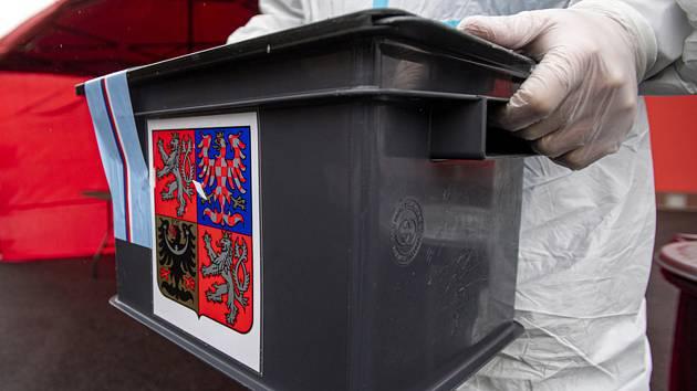 Přenosná volební urna. Ilustrační snímek.
