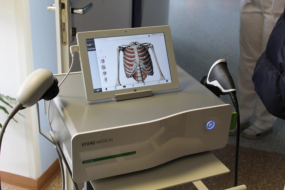 Rehabilitační oddělení kyjovské nemocnice získalo nový přístroj. Rázová vlna slouží k odstranění bolestivých onemocnění pohybového systému, své uplatnění najde kromě rehabilitace najde i v ortopedii, revmatologii a neurologii.