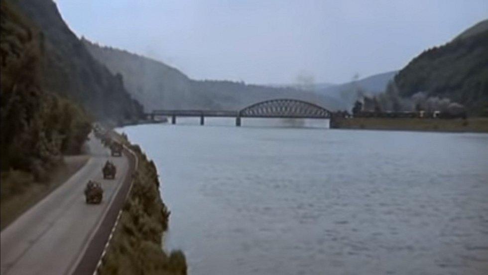 """Úvodní scéna filmu Most u Remagenu - v tomto případě však není v záběru """"hlavní hrdina"""" filmu, ale nedaleký Měchenický most"""