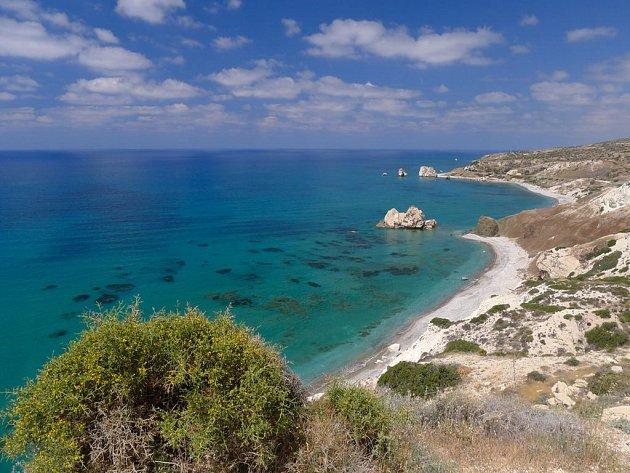 Kypr má krásné pláže, třeba jako tuhle, která leží u Afroditiny skály.