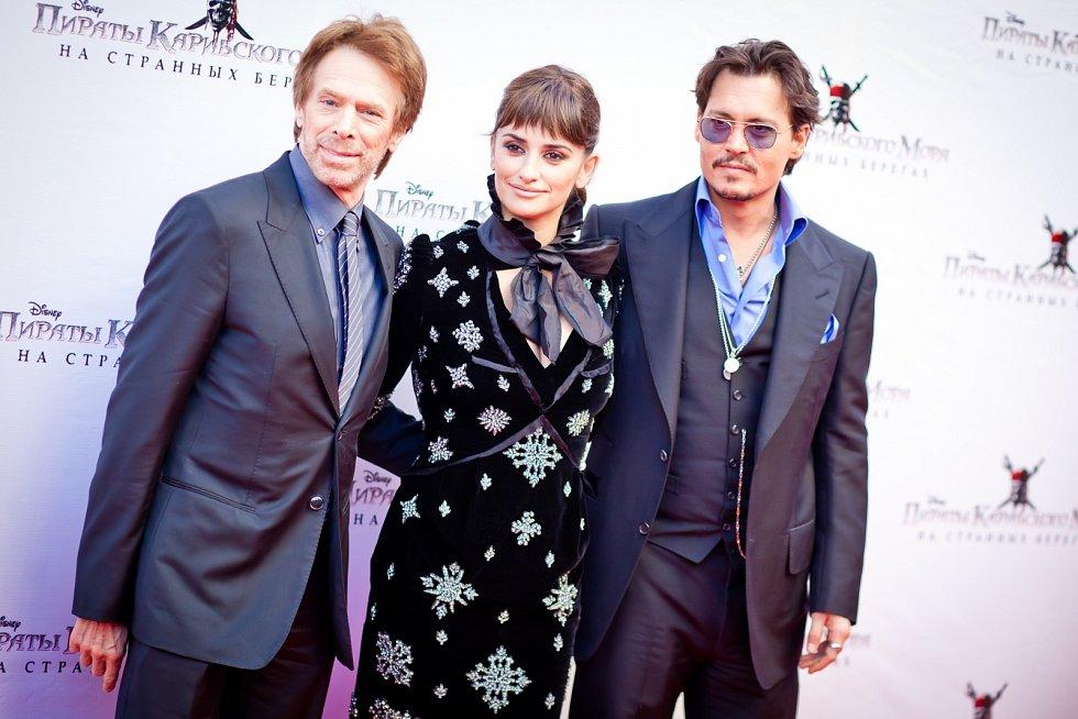 Johny Depp, Penelope Cruzová a Jerry Bruckheimer při premiéře filmu Piráti z Karibiku v Moskvě. Pozdější rozvod stál Deppa mimo jiné roli v sérii Fantastická zvířata.