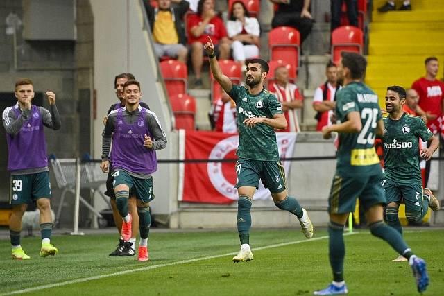 Josip Juranovič z Legie (uprostřed) se raduje z gólu proti Slavii.