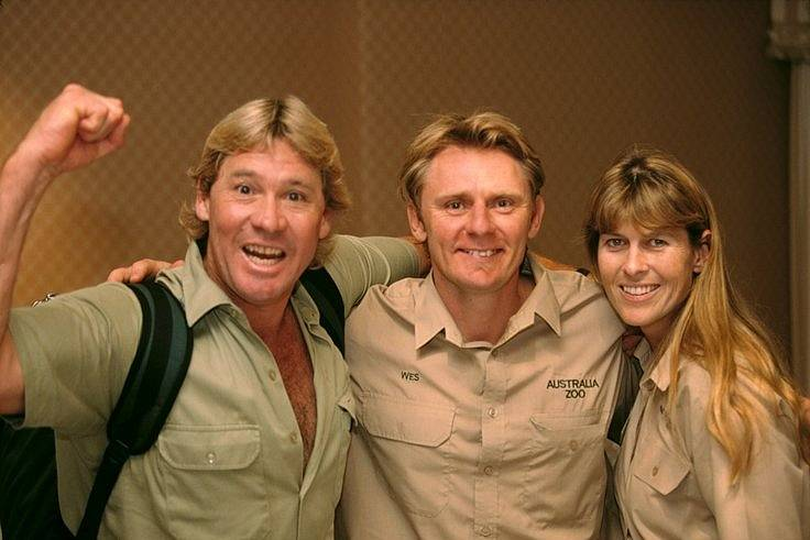 """Steve Irwin (na snímku vlevo), který mezinárodně proslul se svou vlastní show jako """"lovec krokodýlů"""", zemřel v roce 2006 poté, co jej přímo při natáčení zasáhl svým ostnem do srdce rejnok"""