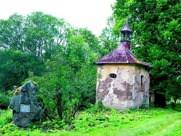 Náves ve Výškovicích s Goethovým památníkem, kaplí a lípou.