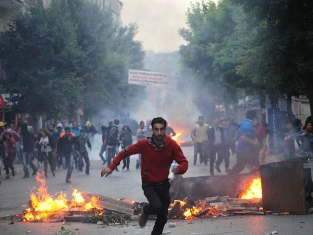 Turecká policie dnes velmi tvrdě udeřila proti tisícům demonstrantů shromažďujícím se v centru Istanbulu a metropole Ankary u příležitosti prvního výročí protivládních nepokojů. Řada osob utrpěla zranění.