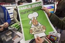 Francouzský satirický časopis Charlie Hebdo novým vydáním ukázal, že se nenechá zastrašit. Tak hodnotí německé deníky první číslo časopisu po krvavém atentátu na redakci z minulého týdne.