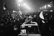 Pražané na Václavském náměstí oslavují výhru československých hokejistů nad týmem Sovětského svazu 4:3 na MS ve Stockholmu 28. března 1969.