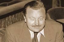 SVĚTOOBČAN. Jan Werich na ruzyňském letišti v roce 1945.