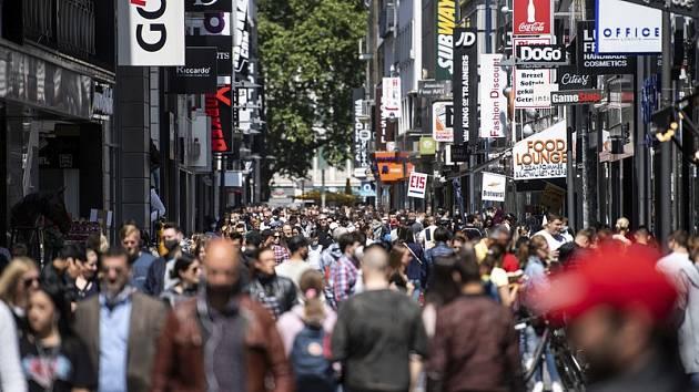 Lidé na nákupní třídě v německém Kolíně nad Rýnem, 16. května 2020.