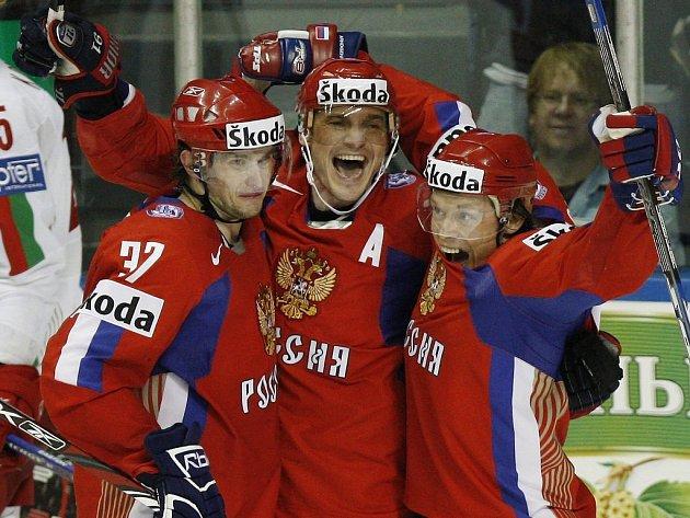 Ruská radost. Zleva Denis Grebeškov, Sergej Fjodorov a Maxim Afinogenov.