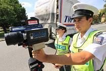Policie kontrolovala dodržování povolené rychlosti mobilním radarem na českobudějovické Plavské ulici.