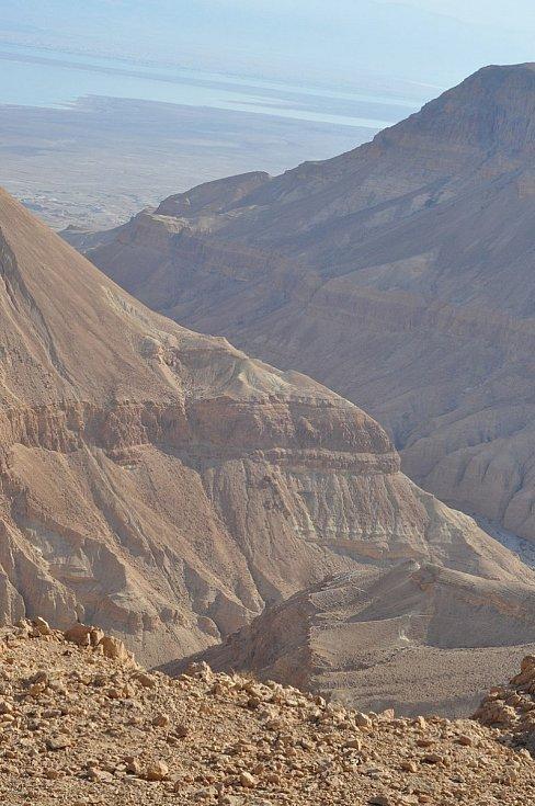 Jeskyně leží ve vyschlém říčním korytu (vádí) Nahal Hever, ústícím do Mrtvého moře