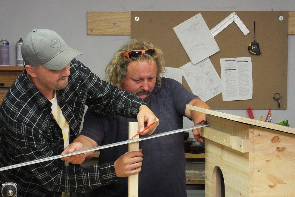 Asi 6 cm pod okraj stříšky si na přední stěnu boudy připevníme lištu, na které pak bude přichycena přední stříška.