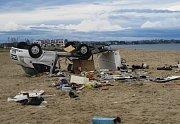 Zničený karavan na pláži na řeckém poloostrově Chalkidiki, který ve středu zasáhly silné bouře s krupobitím.