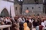 Dav přitáhl před Novoměstskou radnici, rozbuškou se prý stal kámen hozený na monstranci