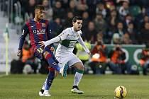 Kanonýr Barcelony Neymar (vlevo) pomohl sestřelit Elche dvěma góly.