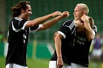 Fotbalista Rosenborgu Trondheim Bořek Dočkal (uprostřed) se raduje z gólu.
