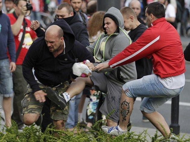 Fotbaloví fanoušci Ruska a Polska se před zápasem ME ve Varšavě poprali.