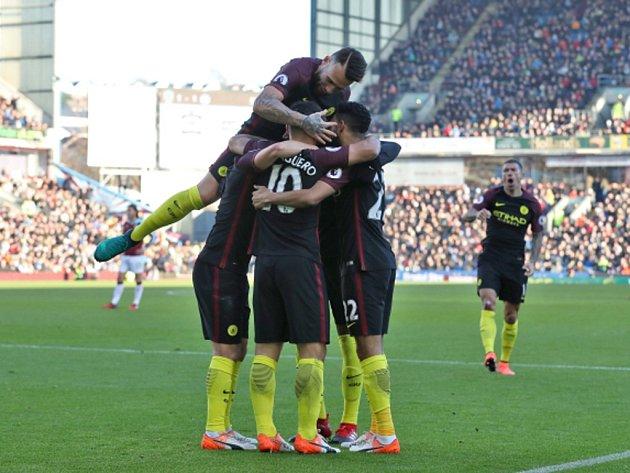 Fotbalisté Manchesteru City se radují zgólu proti Burnley.