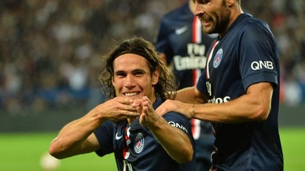 Edinson Cavani z Paris St. Germain (vlevo) a jeho oslava gólu.