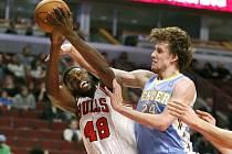 Basketbalista Denveru Jan Veselý (vpravo).