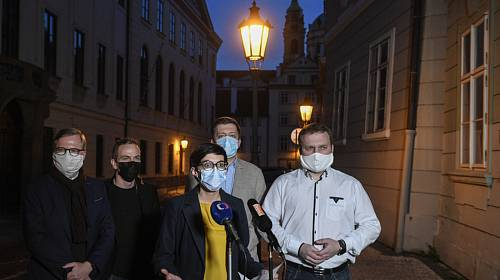 Předsedové opozičních stran (zleva) Petr Fiala (ODS), Ivan Bartoš (Piráti), Markéta Pekarová Adamová (TOP 09), Vít Rakušan (STAN ) a Marian Jurečka (KDU-ČSL) hovoří s novináři po společném jednání o krizí kolem koronaviru 16. března 2020 v Praze