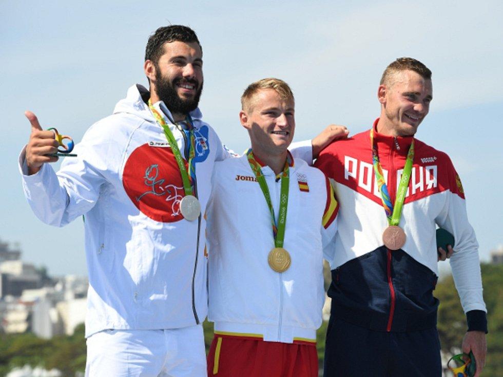 Kajakář Josef Dostál (vlevo) vybojoval na olympijských hrách v Riu stříbro. Nestačil jen na Marcuse Walze (uprostřed), bronz získal Roman Anoškin.