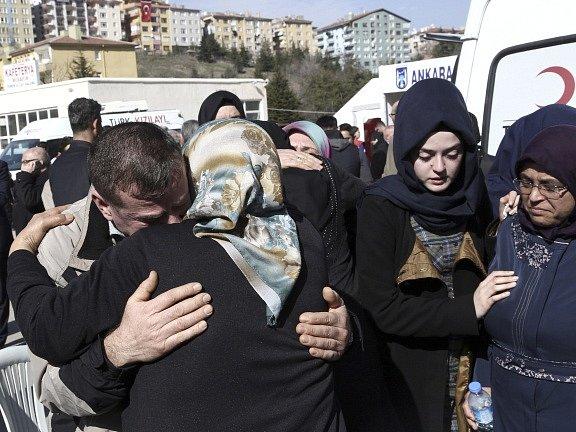 Turecko truchlí. Výbuch v centru Ankary si vyžádal 28 mrtvých.