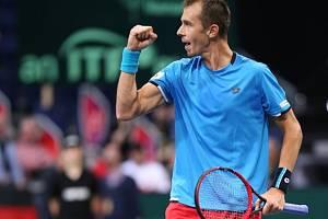 Lukáš Rosol poslal české tenisty do čtvrtfinále Davis Cupu.